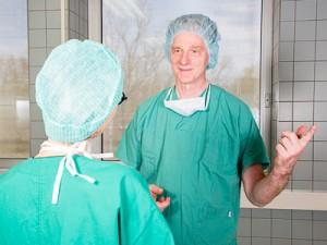 Arzt und Helferin bei der OP-Besprechung